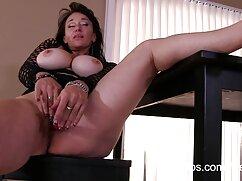 Nia Nacci sin bragas seduce cojiendo con mi suegra mexicana a un calvo y se lo folla sobre la mesa