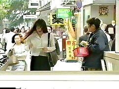 La chica le pone un arnés a un joven amigo mexicana cogiendo juguetón: ¡le encantan los experimentos!