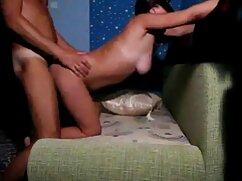 Sexo caliente cogiendo a la mexicana de una pareja joven en el garaje y besando las largas piernas de la chica